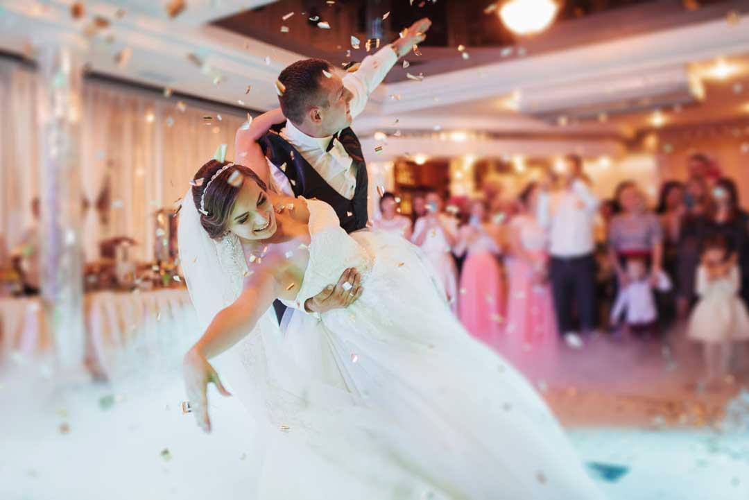 bride groom first dance in function room